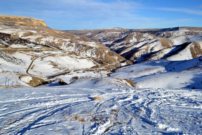 Vista do vale das montanhas no inverno Ski Slopes C?ucaso, R?ssia foto de stock royalty free