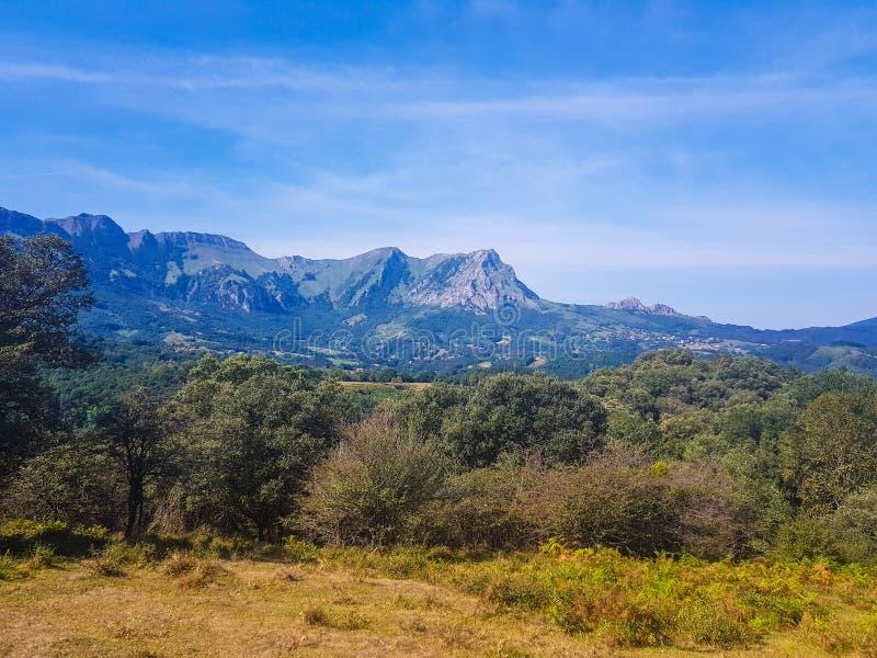 Vista do vale de Araiz com as montanhas de Aralar da ?rea de Betelu, Navarra spain fotografia de stock