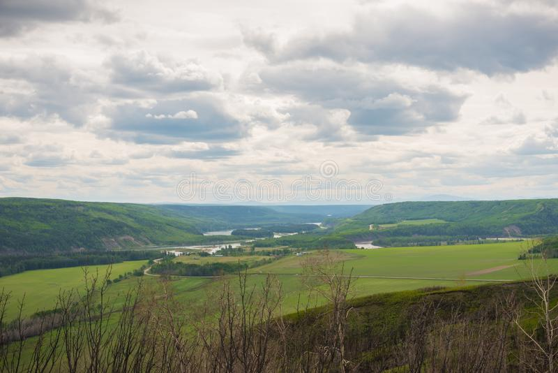 Vista do vale de Peace River da vigia de Peace River perto do forte St John foto de stock