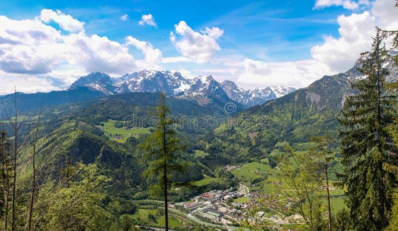 Vista do vale de Salzach e da cidade de Tennek perto do Eisriesenwelt cumes austríacos no panorama costurado foto de stock