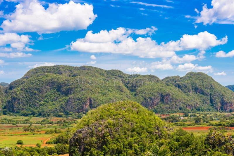 Vista do vale de Vinales, Pinar del Rio, Cuba Copie o espaço para o texto imagem de stock