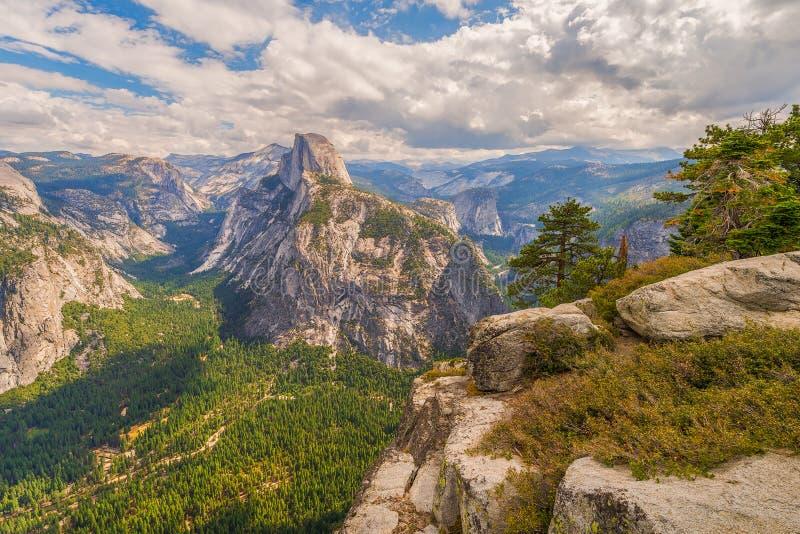 A vista do vale de Yosemite e a abóbada da metade do ponto da geleira negligenciam Parque nacional de Yosemite calif?rnia EUA imagens de stock royalty free