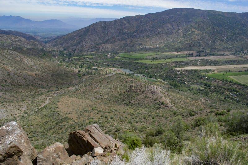 Vista do vale entre as montanhas imagens de stock royalty free