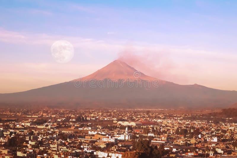 Vista do vulc?o ativo Popocatepetl m?xico Cholula puebla fotografia de stock royalty free
