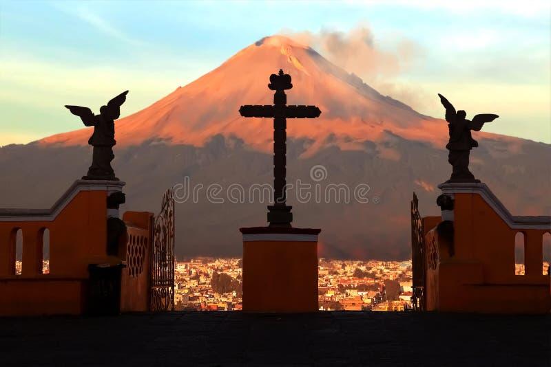 Vista do vulcão ativo Popokatepepetl da igreja Católica de St Mary m?xico Cidade de Cholula fotos de stock royalty free