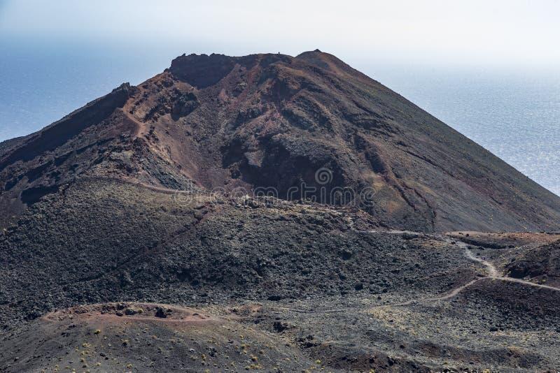 Vista do vulcão de Teneguia em Fuencaliente, La Palma, Ilhas Canárias foto de stock