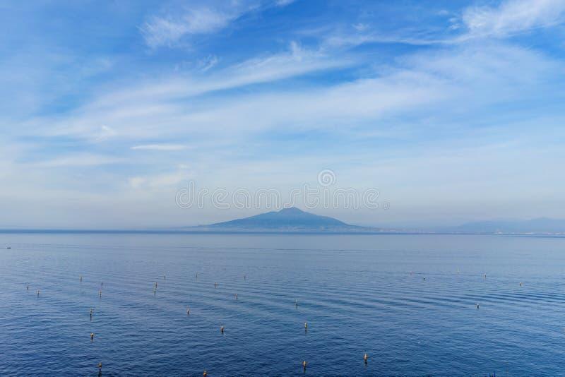 Vista do vulcão de Vesuvio com o céu azul bonito na noite, imagens de stock royalty free