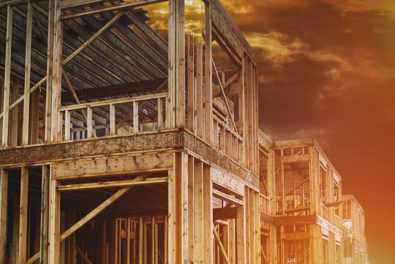 Vista domestica residenziale dell'inquadratura su in costruzione di legno della nuova casa immagini stock