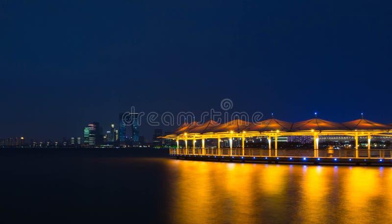 Vista dorata di notte del lago del gallo di Suzhou fotografia stock
