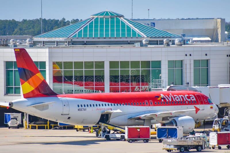 Vista dos aviões das linhas aéreas avoirdupois de Avianca na porta em Orlando International Airport MCO 2 fotografia de stock royalty free