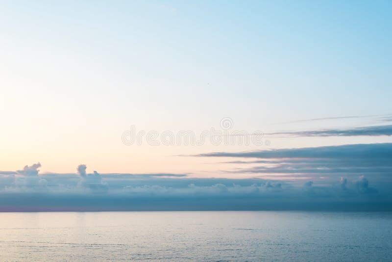 Vista dos balcões da cabine no mar calmo e no céu azuis com as nuvens bonitas fora do lado do navio de cruzeiros imagem de stock