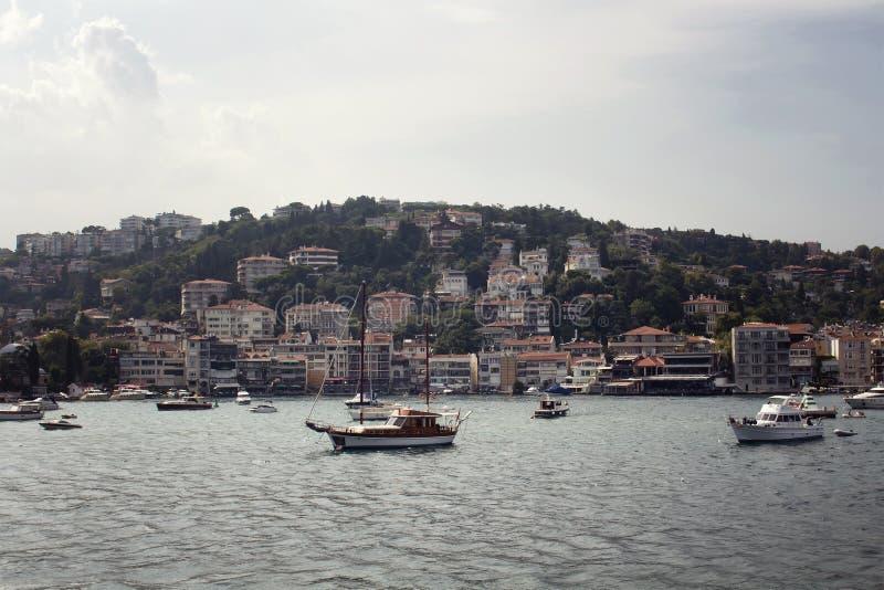 Vista dos barcos a motor e dos iate, construções imagem de stock royalty free