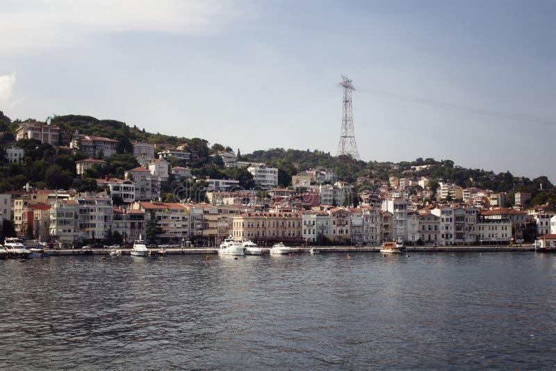 Vista dos barcos a motor e dos iate, construções fotografia de stock royalty free