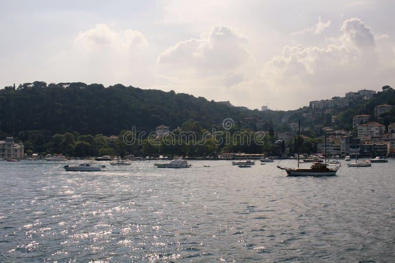Vista dos barcos a motor, dos iate e das construções imagem de stock