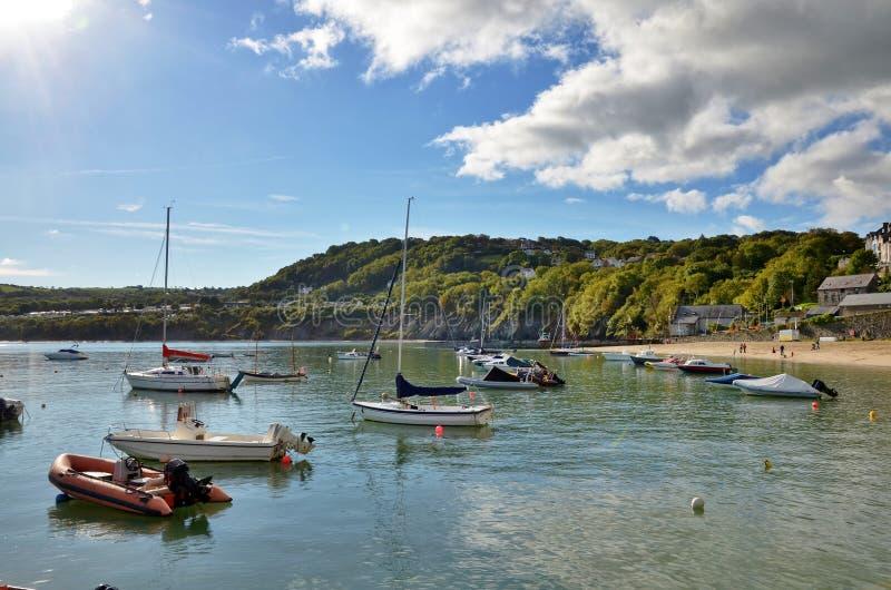 Vista dos barcos no porto novo do cais, Wales. fotografia de stock royalty free