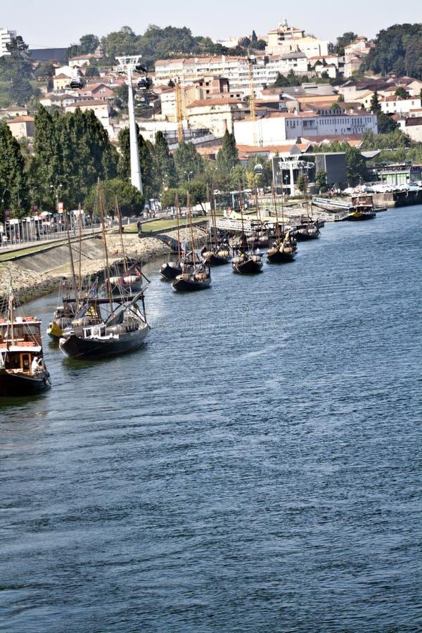Vista dos barcos no Ribeira em Porto, Portugal fotografia de stock royalty free