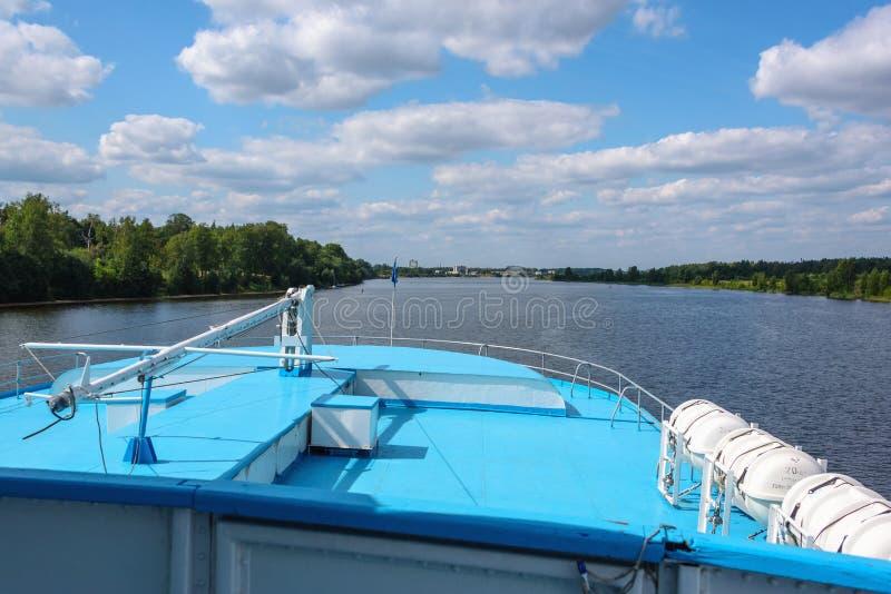 Vista dos capitães do navio fluvial Cruzeiro de Verão no rio fotografia de stock