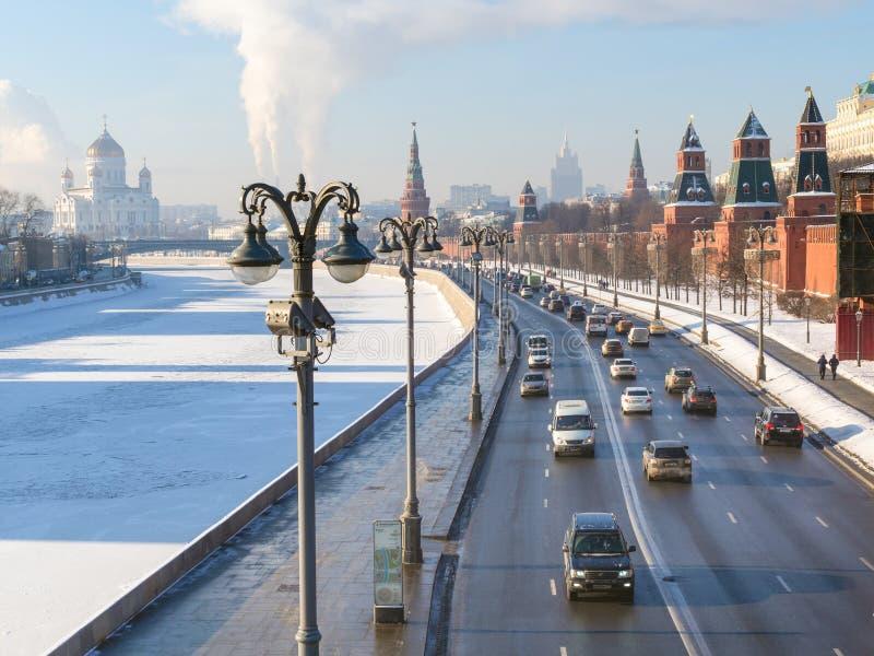 A vista dos carros conduz perto das paredes do Kremlin em Moscou foto de stock