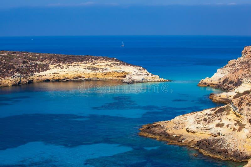 A vista dos coelhos ilha encalha ou de Conigli, Lampedusa imagens de stock