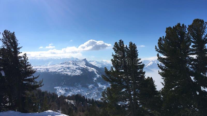 Vista dos cumes de Nendaz, Suíça foto de stock royalty free