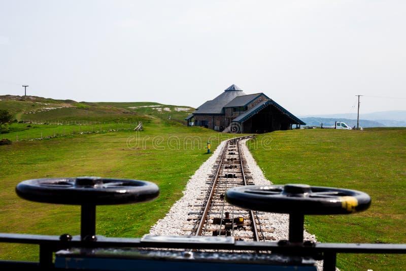 Vista dos ferrovias do bonde que mostram ao sistema de cabo qual puxa os bondes avante Foto para trás do lado do clássico velho d imagem de stock royalty free