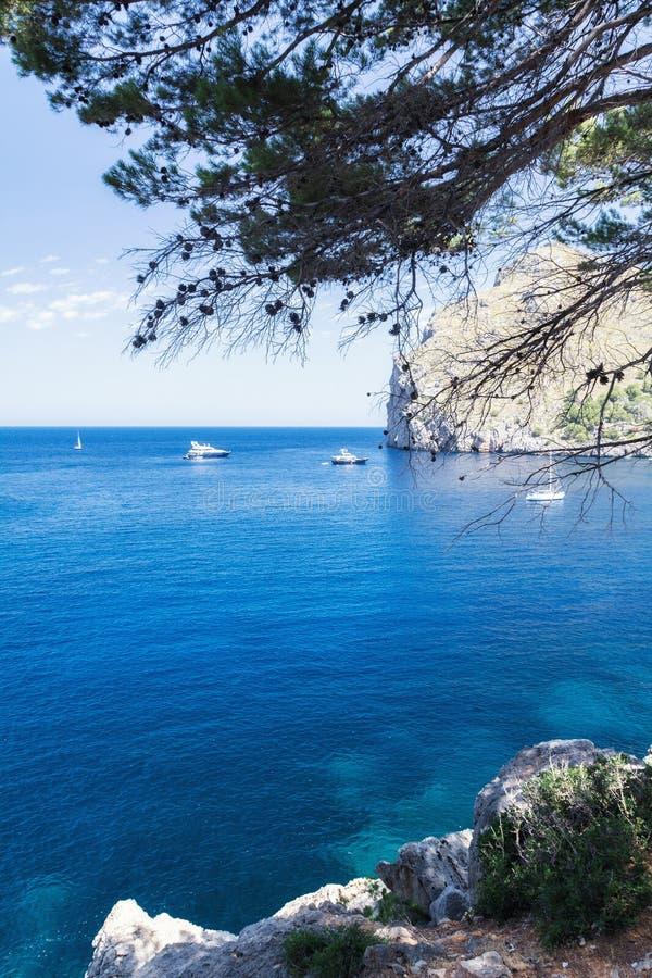 Vista dos iate, das rochas e da baía imagem de stock royalty free