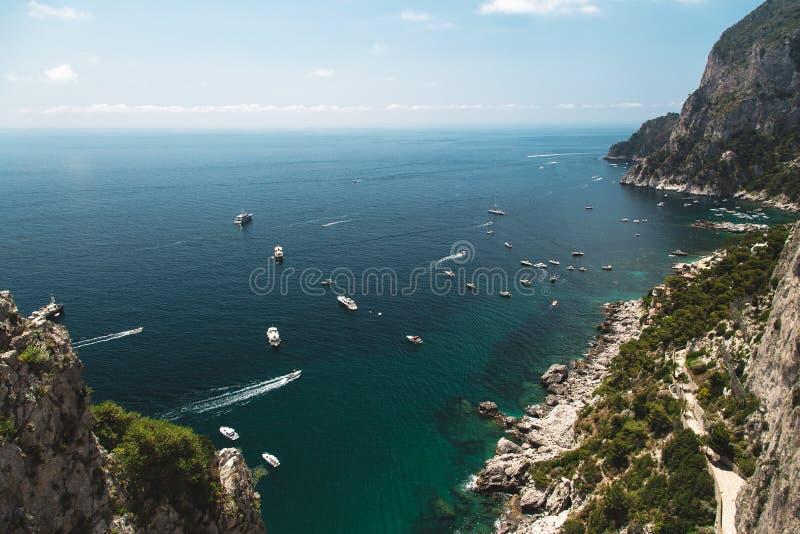 Vista dos jardins de Augustus na costa, no mar e nos barcos da ilha de Capri Italy foto de stock