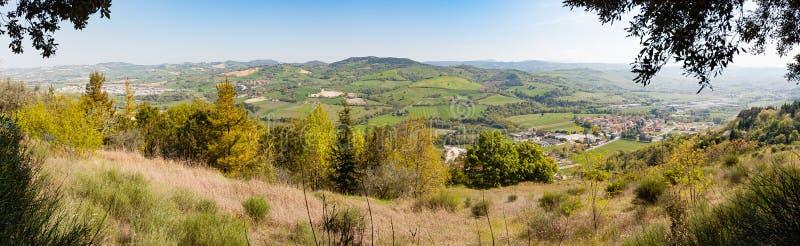 Vista dos montes de Montefeltro da vila pequena do Belvedere Fogliense na região de Marche de Itália imagem de stock