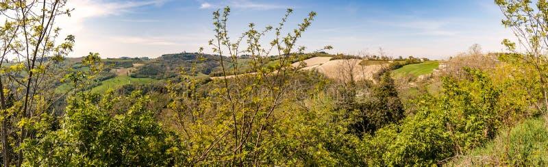 Vista dos montes de Montefeltro na região de Marche de Itália imagens de stock