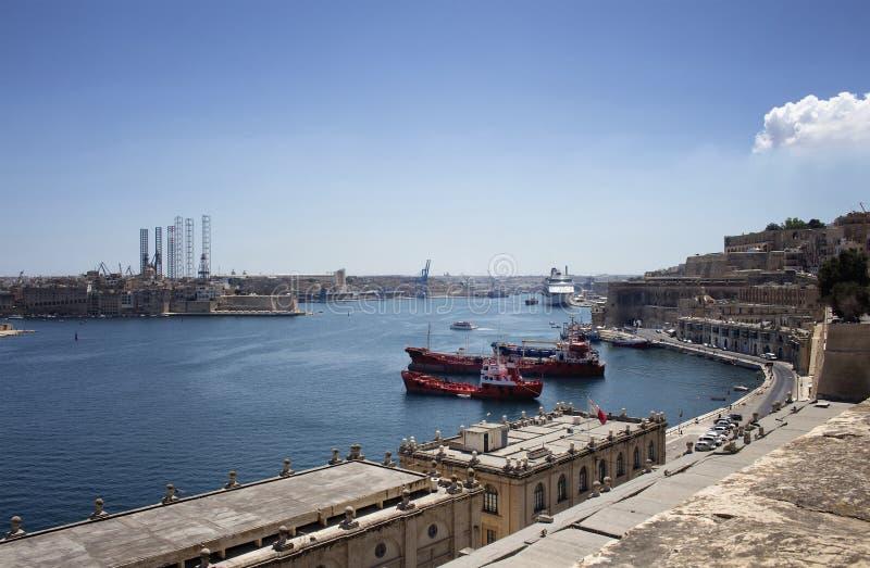 Vista dos navios e da cidade de Valletta em Malta imagens de stock