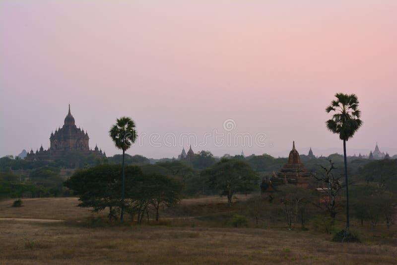 Vista dos pagodes budistas antigos do templo de Htilominlo e no por do sol em Bagan, Myanmar imagem de stock
