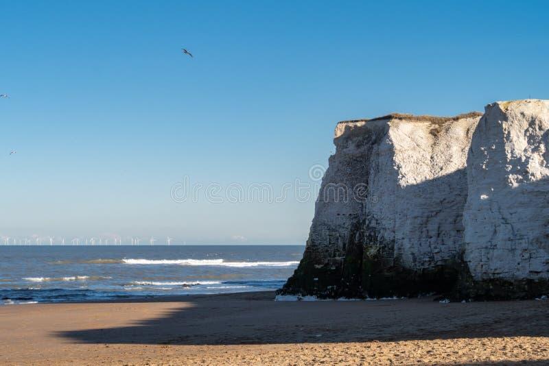 Vista dos penhascos e da praia na ba?a da Bot?nica, Broadstairs, Kent fotos de stock