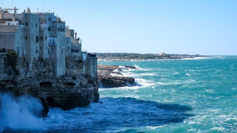 Vista dos penhascos e do mar na cidade costeira de Polignano uma égua em Puglia, Itália do sul fotos de stock royalty free