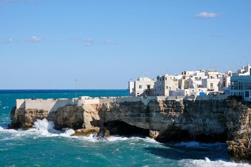 Vista dos penhascos e do mar na cidade costeira de Polignano uma égua em Puglia, Itália do sul fotos de stock