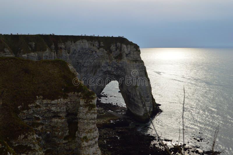Vista dos penhascos Etretat de Normandy - por do sol natureza, oceano, rocha e céu imagens de stock royalty free