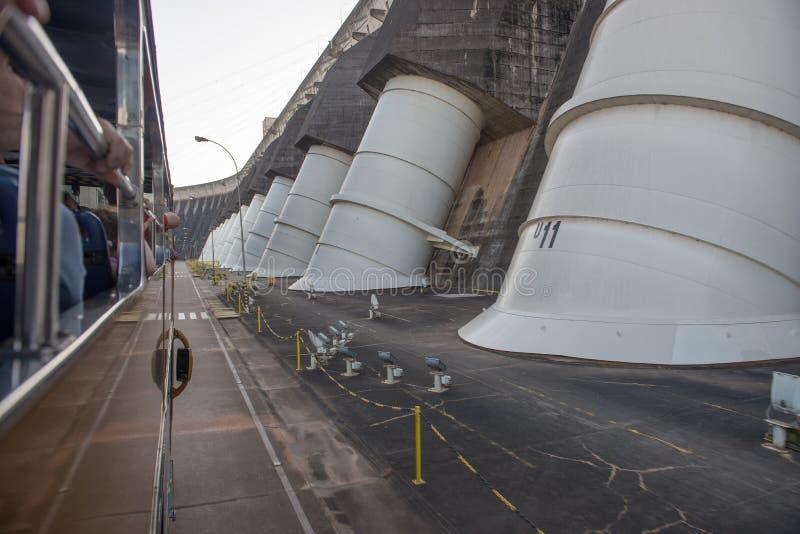 Vista dos penstocks do gigante da represa de Itaipu foto de stock