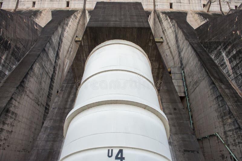 Vista dos penstocks do gigante da represa de Itaipu foto de stock royalty free