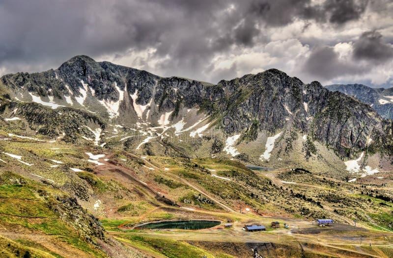 A vista dos Pyrenees aproxima a passagem de montanha do d'Envalira do porto fotografia de stock