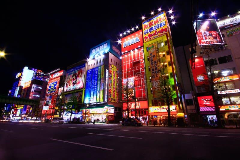 Vista dos sinais de néon e das propagandas do quadro de avisos no cubo da eletrônica de Akihabara no Tóquio, Japão foto de stock royalty free