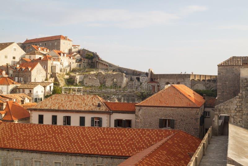 vista dos telhados da cidade velha magn?fica de Dubrovnik das paredes da cidade imagens de stock