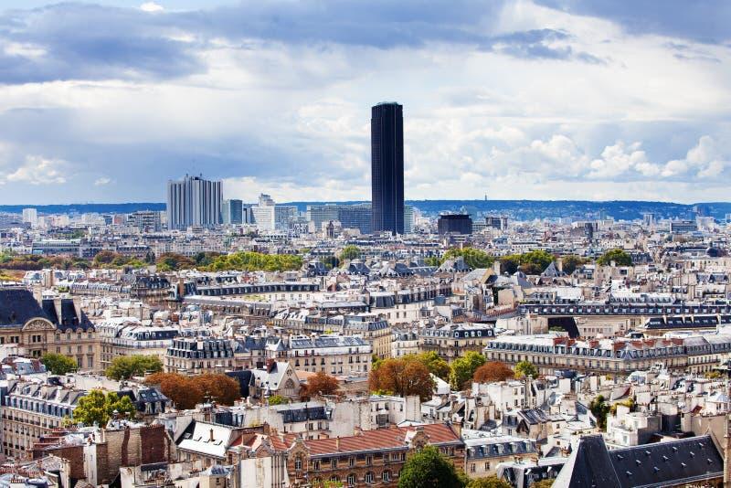 Vista dos telhados de Paris e da torre de Montparnasse imagens de stock royalty free