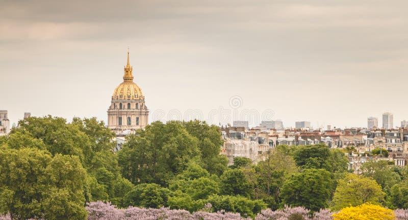 Vista dos telhados do monumento de Invalides do lugar du Tr foto de stock royalty free