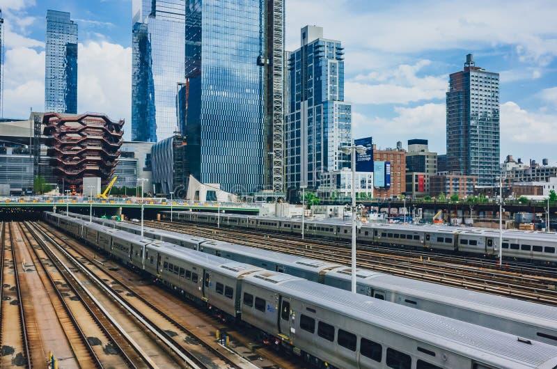 Vista dos trens e das trilhas em Hudson Yard e dos arranha-céus de Manhattan imagem de stock