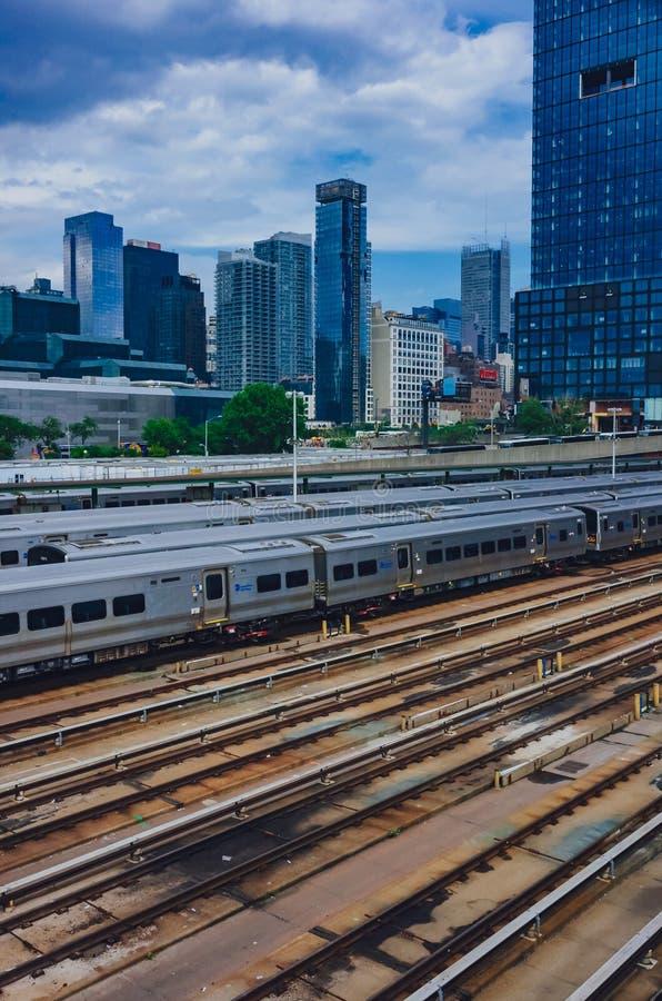 Vista dos trens e das trilhas em Hudson Yard e dos arranha-céus de Manhattan fotografia de stock