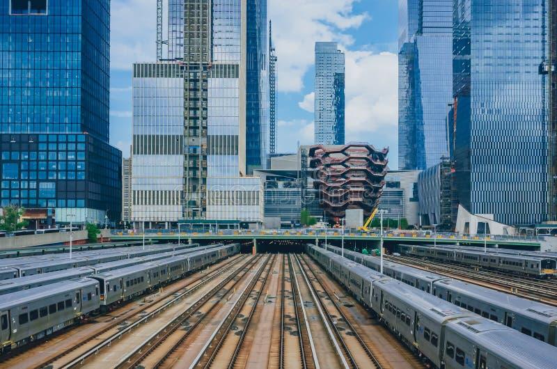 Vista dos trens e das trilhas em Hudson Yard e dos arranha-céus de Manhattan fotografia de stock royalty free