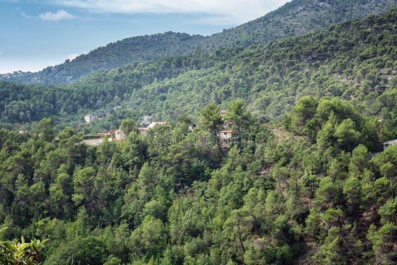 Vista dos vales e das montanhas perto da vila de Tourrette foto de stock