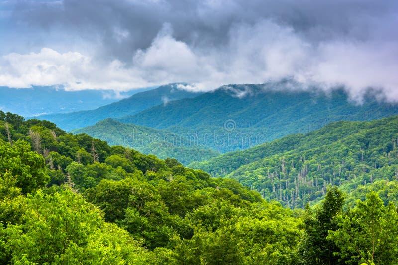 Vista dramática das montanhas apalaches de Gap Newfound Roa fotos de stock royalty free
