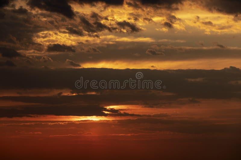 Vista dramática de la puesta del sol crepuscular de la mañana de la salida del sol fotografía de archivo