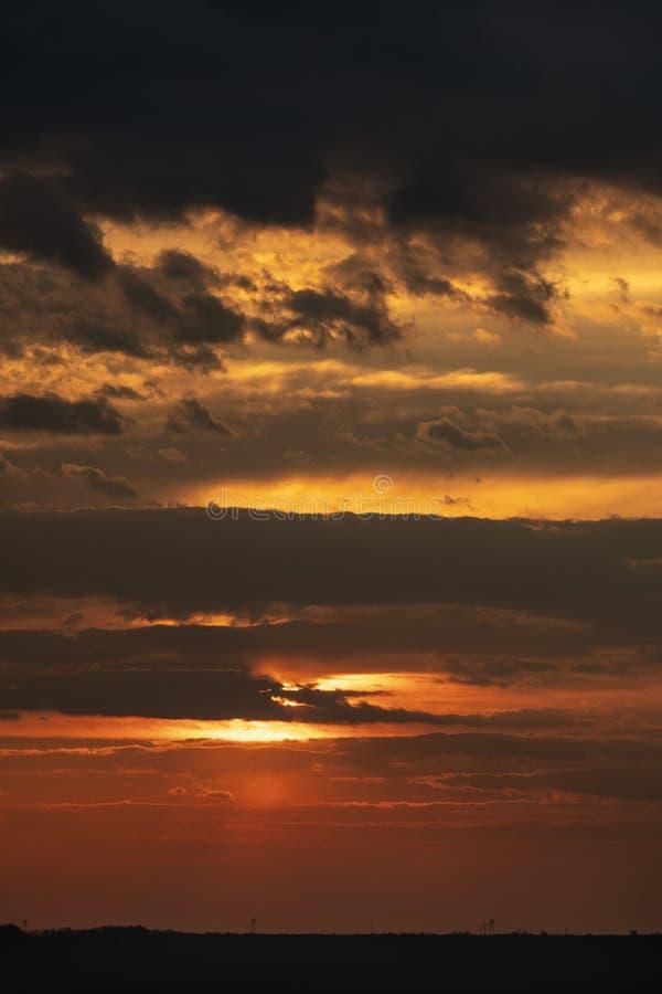 Vista dram?tica de la tarde crepuscular de la puesta del sol de la ma?ana de la salida del sol fotos de archivo