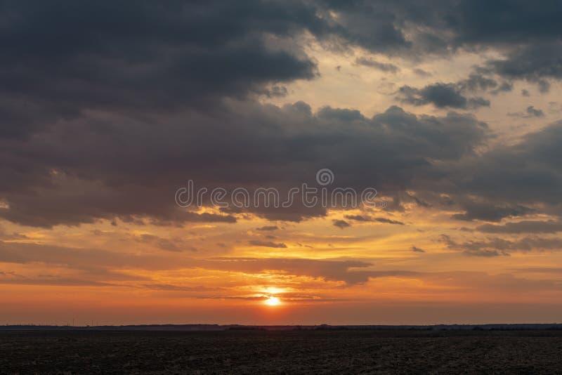 Vista dram?tica de la tarde crepuscular de la puesta del sol de la ma?ana de la salida del sol fotografía de archivo libre de regalías